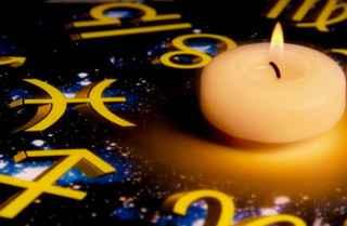 immagine che tirae una candela accesa su tavola astrale