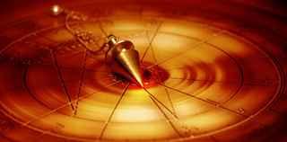 immagine che ritrae un pendolino su uno sfondo di luce arancione