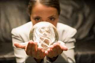 immagine che ritrae una veggente che tiene davanti al viso una sfera di cristallo