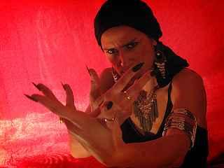 immagine che ritrae un operatrice esoterica in un ambiente con una luce soffusa rossa