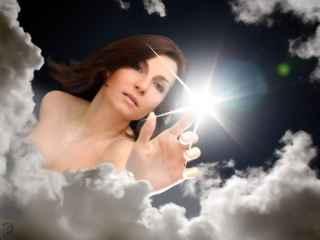 immagine che ritrae una donna che tocca il cielo con un dito