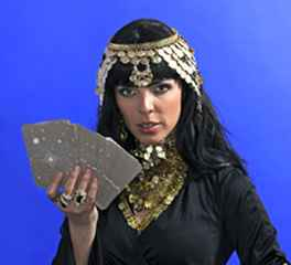 immagine che ritrae un'operatrice esoterica con un mazzo di carte a ventaglio nella mano destra