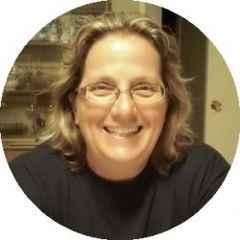 immagine che ritrae il volto una donna bionda con gli occhiali da vista